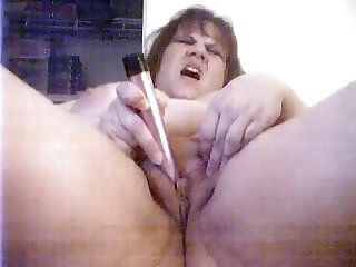 BBW diddles her clit to an orgasm