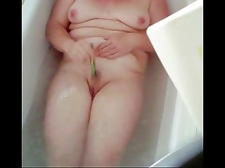Granny in bathtub shaves her pussy