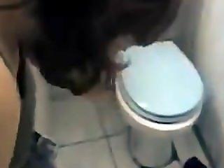 Blowjob auf der Toilette