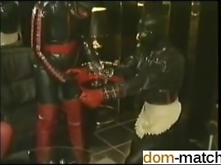 Rubbersessie bij club DOMA - Meet her on DOM-MATCH.COM