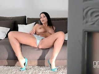 Glamour Goddess Zafira double penetrates herself to Orgasm
