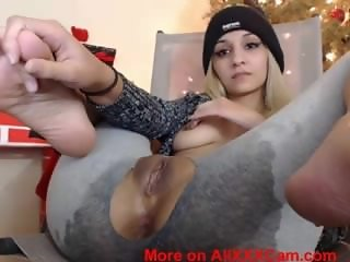 Cam model covers herself in squirt