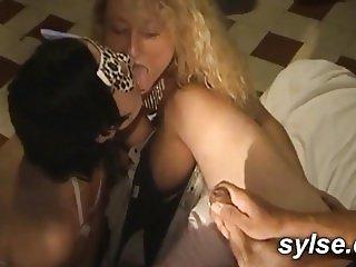 2 amatrices MILFS en bukkake dans les WC du cinema