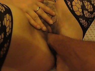 Ma femme mature et poilue pour un fist fucking clito bander