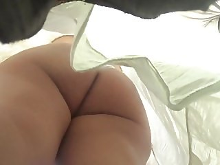 sexy nena con vestidito blanco y la tanga bien enterrada