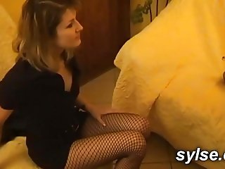 Strepon et godes devant une jeune lesbienne