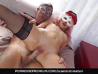 SCAMBISTI MATURI - Crazy sex session with mature swingers