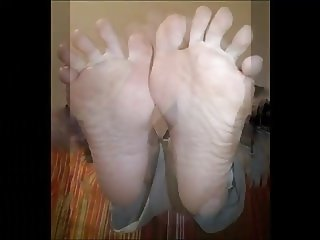 Soula moves her sexy hot (size 37) feet