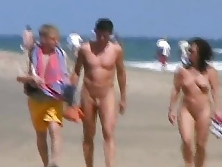 Nackt am oeffentlichen Strand