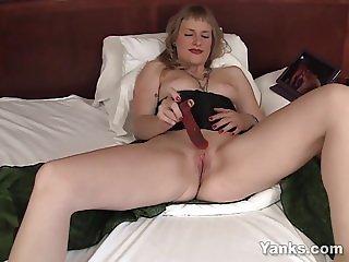 Yanks MILF Josie Toying Her Snatch For Orgasm